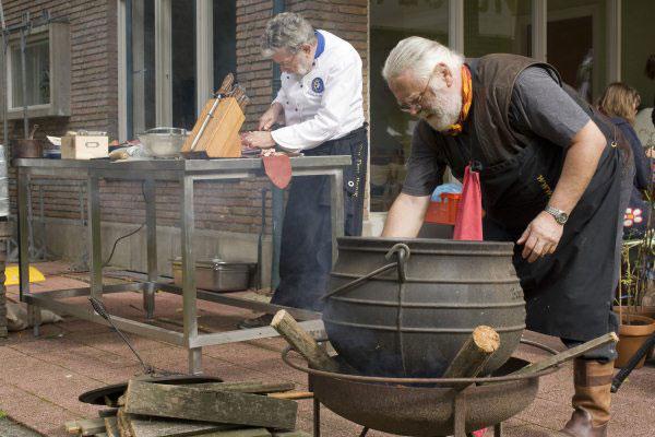 Door Grijzebeer gemaakt boven open vuur met gietijzeren potje nummer 6 (zie oerkoken) op het Slow Food Smaakfestijn, 26 september 2010